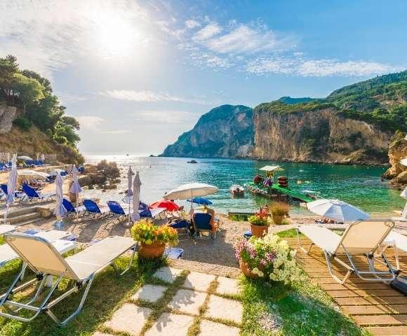 Lake Como, Santorini & Beyond Image 3
